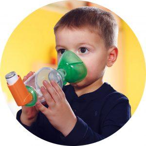 Enfant avec une chambre d'inhalation TipsHaler pédiatrique avec masque cloisonné OrHal