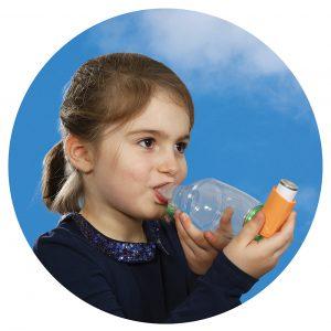 Enfant avec une chambre d'inhalation TipsHaler pour aérosol-doseur